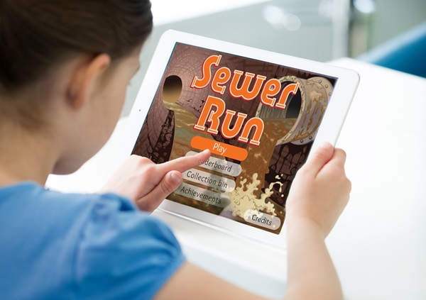 Girl-playing-Sewer-Run-game-on-iPad